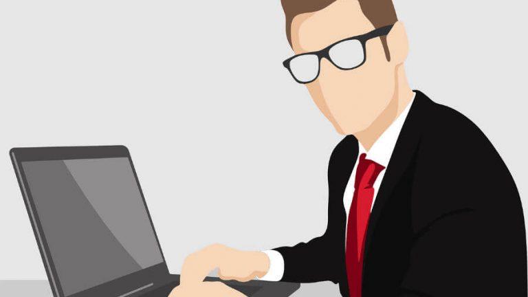 パソコンを用いて仕事をする男性